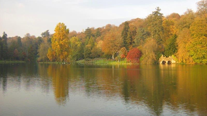 L'autunno, Stourhead fa il giardinaggio, il Wiltshire, Inghilterra fotografia stock libera da diritti
