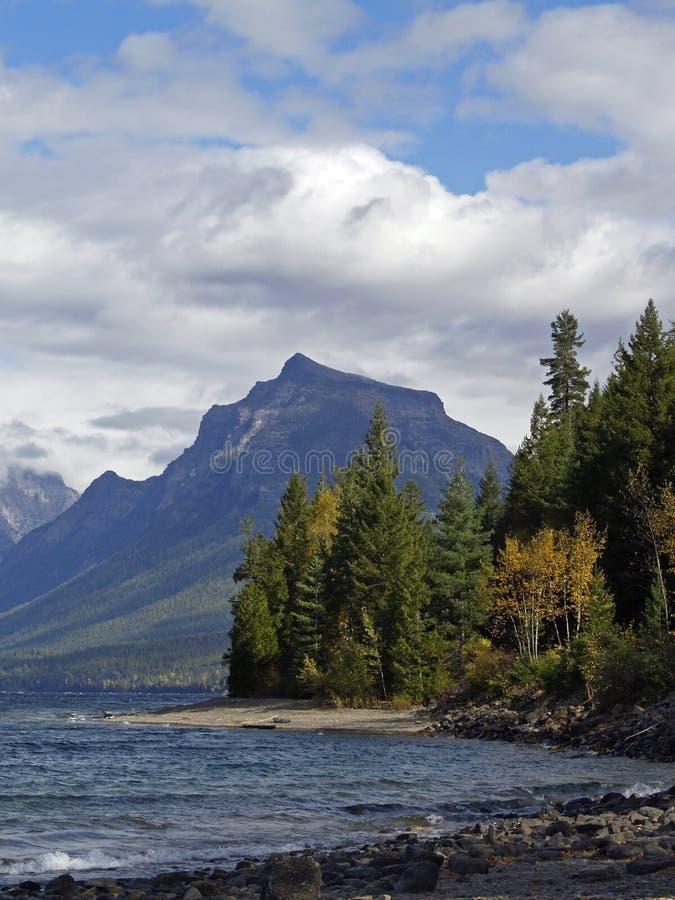 L'autunno viene al lago McDonald immagine stock libera da diritti