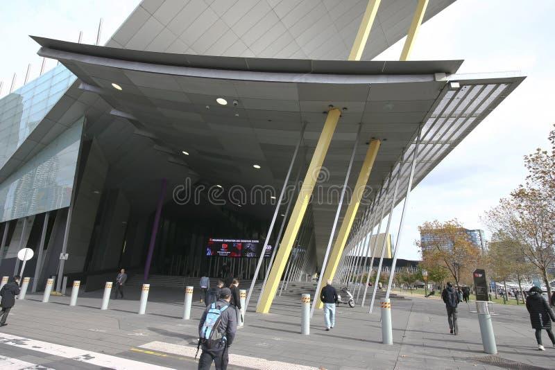 L'auvent moderne a couvert l'entrée de colonnes inclinées au centre d'exposition de convention de Melbourne, quai du sud, Victori photos libres de droits