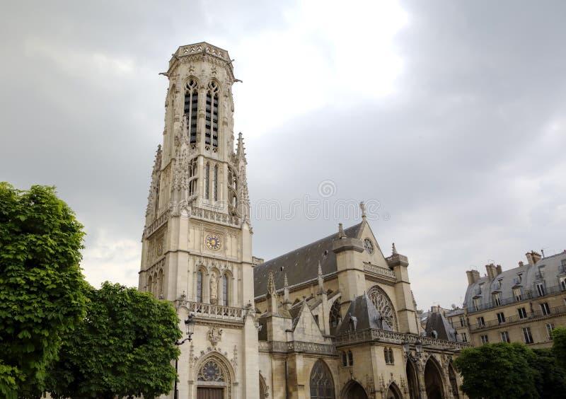 L'Auxerroiskerk van heilige Germain dichtbij Louvremuseum stock foto's
