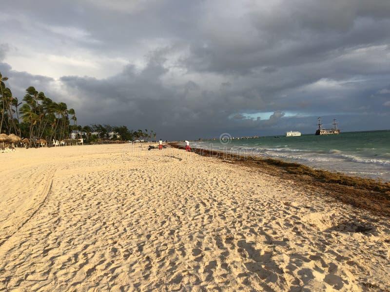 L'avant blanc de plage maintenant de la station de vacances de Larimar en République Dominicaine de Punta Cana photographie stock libre de droits