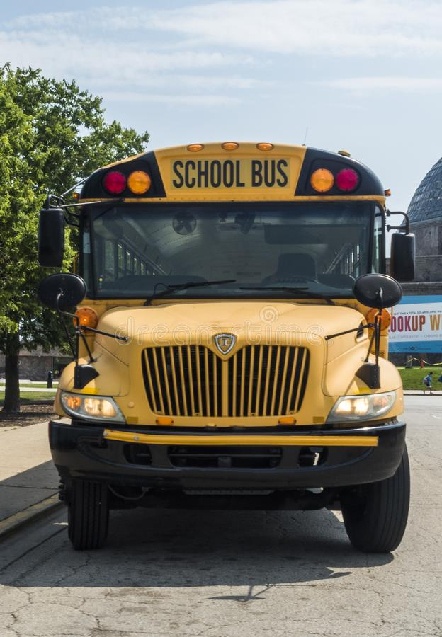 L'avant d'un autobus scolaire jaune s'est garé au planétarium d'Adler le 3 août 2017 - Chicago, l'Illinois photo libre de droits