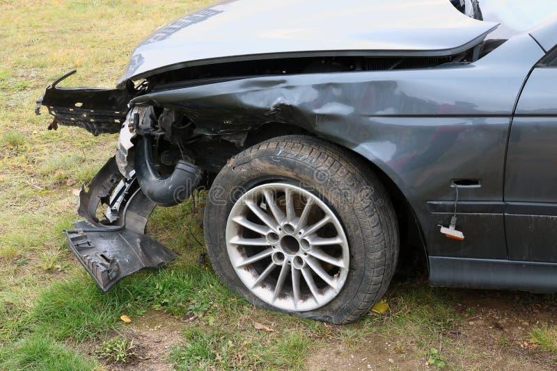 L'avant d'une voiture de tourisme cassée écrasée images stock