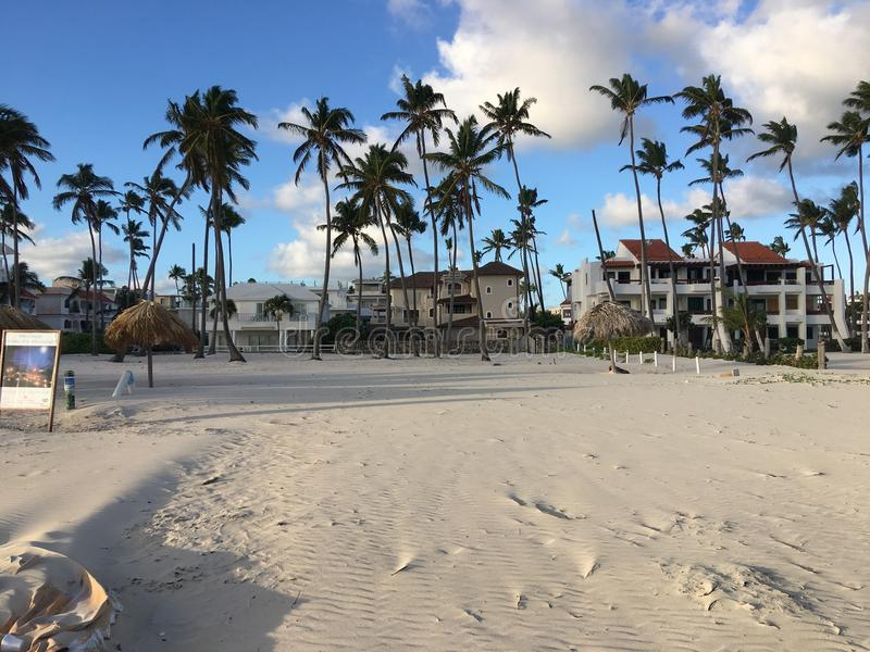 L'avant de plage maintenant de la station de vacances de Larimar en République Dominicaine de Punta Cana Beau sable blanc photos libres de droits