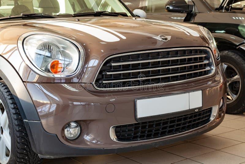 L'avant du corps est un pare-chocs et un capot polis avec un signe brun de marque de voiture Modèle de Mini Cooper avec des plans photo stock