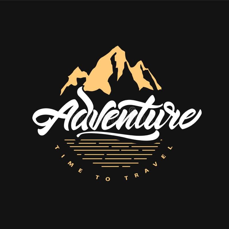 L'aventure attend Heure de se d?placer Inscription de l'affiche de inspiration de typographie avec des montagnes Illustration de  illustration stock