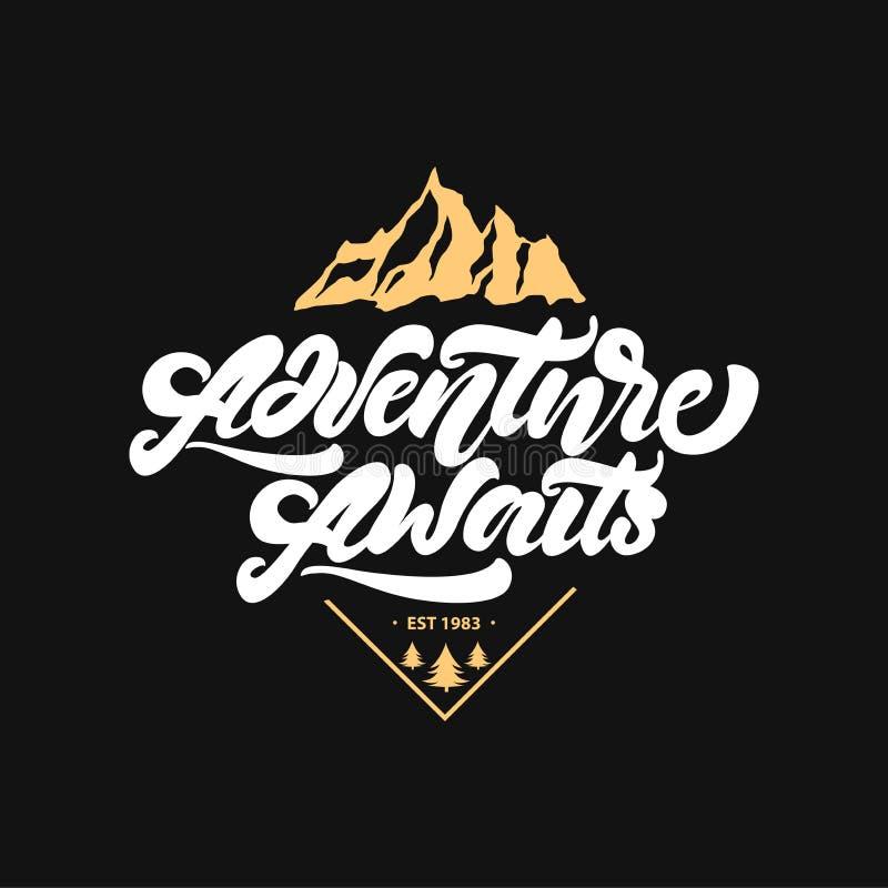 L'aventure attend Inscription de l'affiche de inspiration de typographie avec des montagnes et des arbres Illustration de logo de illustration de vecteur
