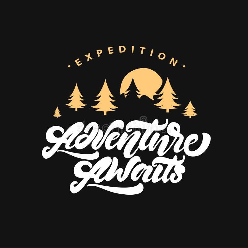 L'aventure de Logotype attend Inscription de l'affiche de inspiration de typographie avec des sapins Illustration de logo de vect illustration stock