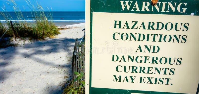 L'avertissement dangereux de courants de déchirure se connectent l'île OR de chasse photographie stock libre de droits