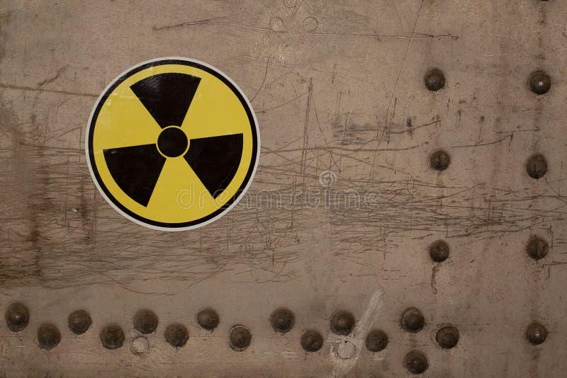 L'avertissement de rayonnement se connectent une vieille surface métallique photographie stock libre de droits
