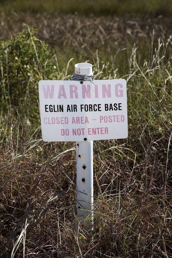 L'avertissement se connectent la propriété militaire Etats-Unis photographie stock libre de droits