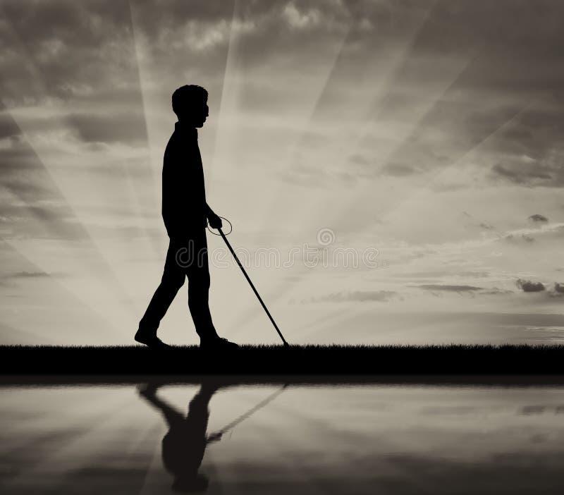 L'aveugle handicapée est assortie à la canne et à la réflexion sur le blanc de noir de l'eau photos libres de droits
