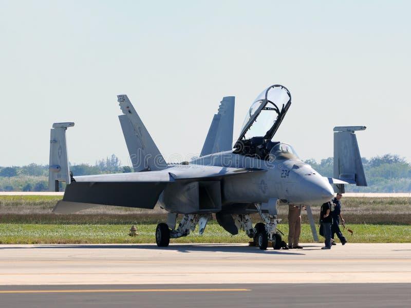 L'avion à réaction de la marine F/A-18 des USA se prépare au vol images stock