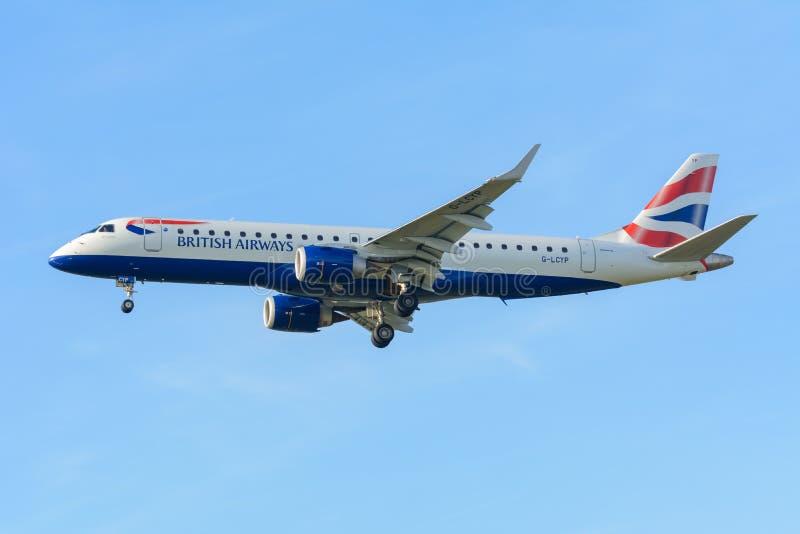 L'avion British Airways G-LCYP Embraer ERJ-190 British Airways CityFlyer débarque à l'aéroport de Schiphol photo libre de droits