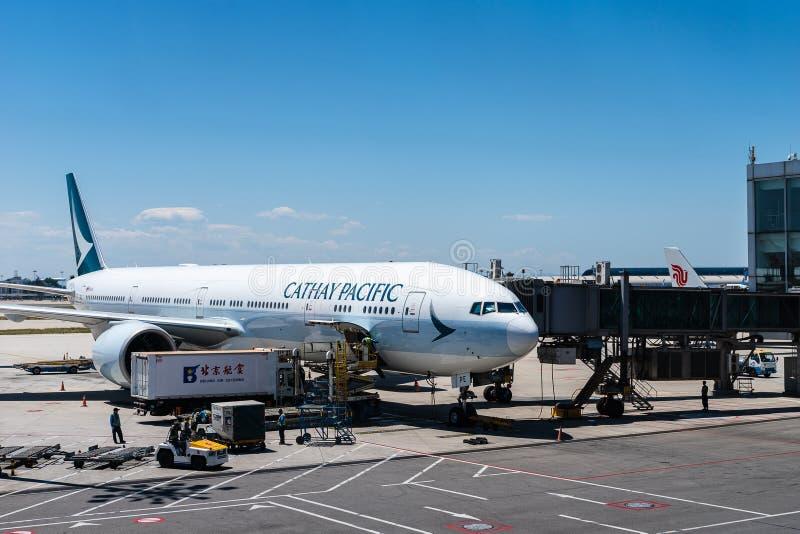 L'avion Cathay Pacific a atterri à l'aéroport de Beijing images stock