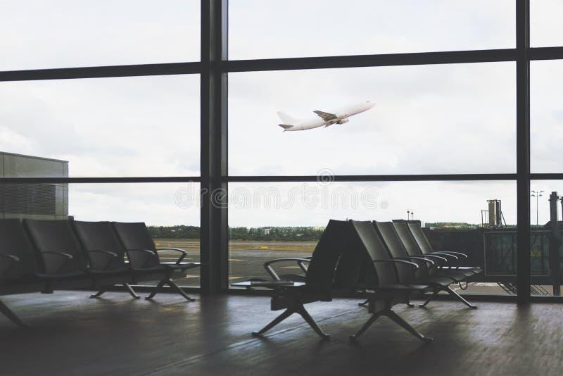 L'avion décolle à l'aéroport images stock