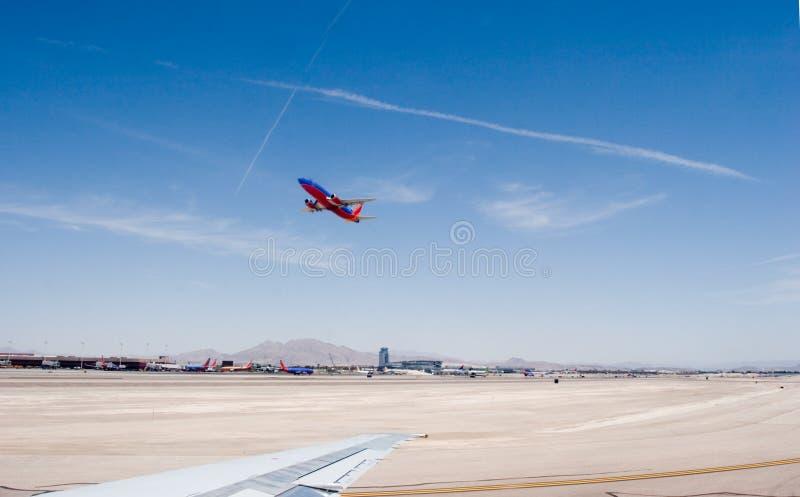 L'avion décollent image stock
