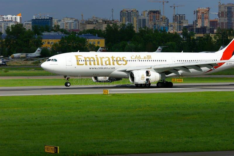 L'avion d'Airbus A330-243 de ligne aérienne d'émirats débarque dans l'aéroport international de Pulkovo à St Petersburg, Russie photos libres de droits