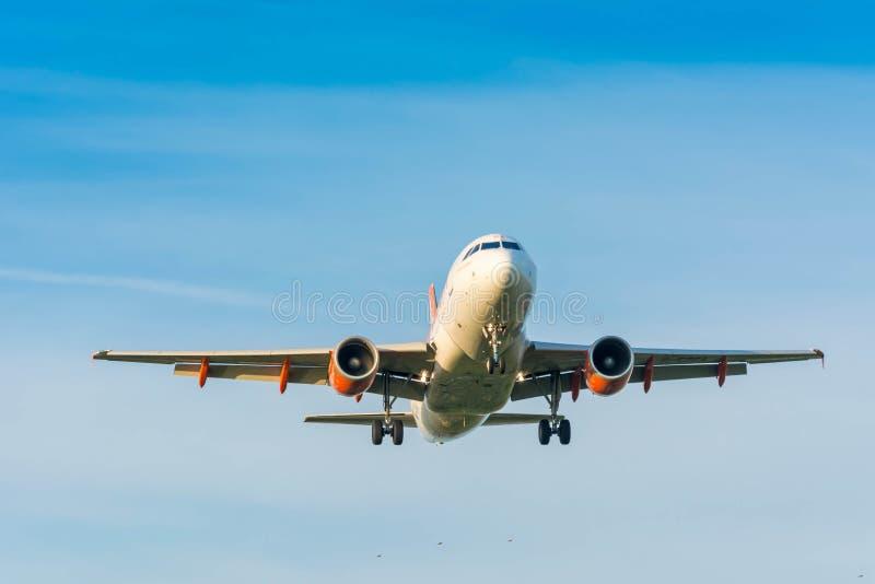 L'avion d'Easyjet Airbus A319-100 G-EZGA se prépare au débarquement image stock