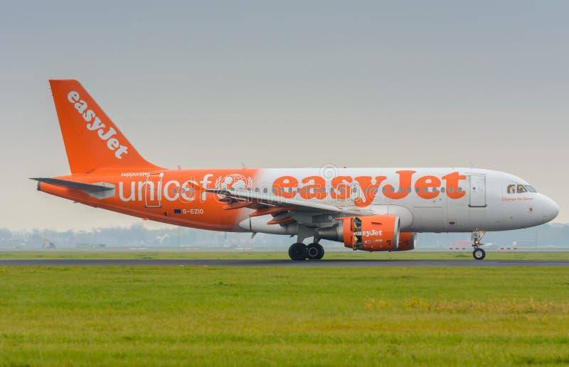L'avion d'Easyjet Airbus 319 G-EZIO est débarqué à l'aéroport photos libres de droits