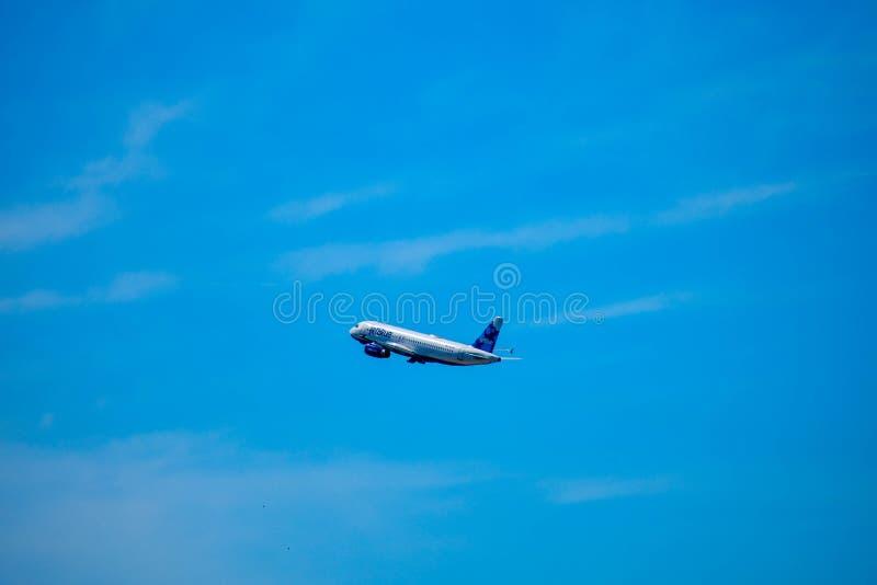 L'avion de Ba de Jetblue s'élève d'Orlando International Airport MCO sur le fond bleu-clair de ciel nuageux chez Orlando Internat image libre de droits