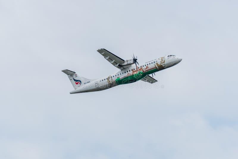 L'avion de Bangkok Airways décollent pendant le matin photos libres de droits