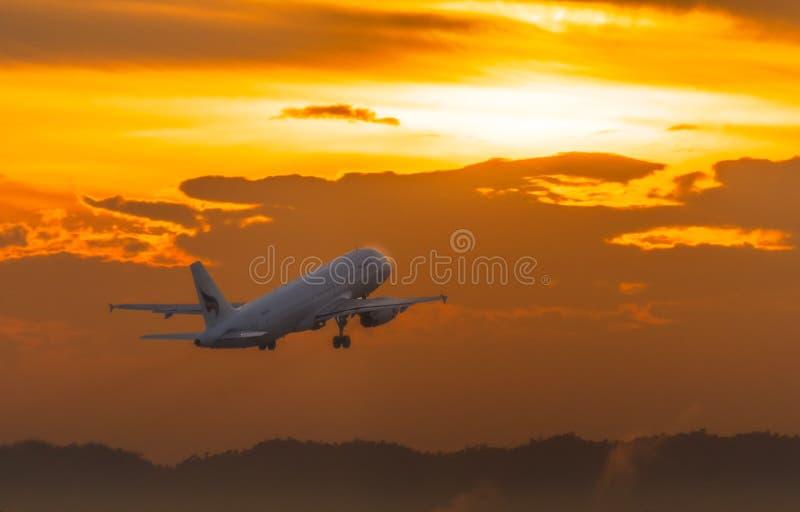L'avion de Bangkok Airways décollent pendant le matin images libres de droits