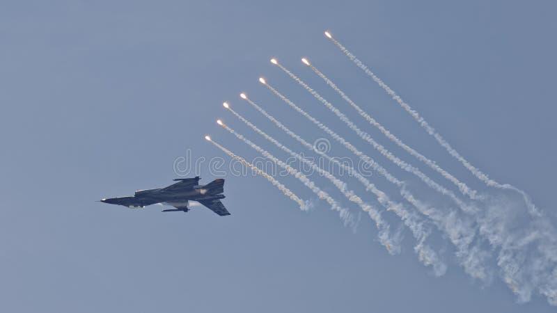 L'avion de chasse F-16 éjecte des fusées photo libre de droits