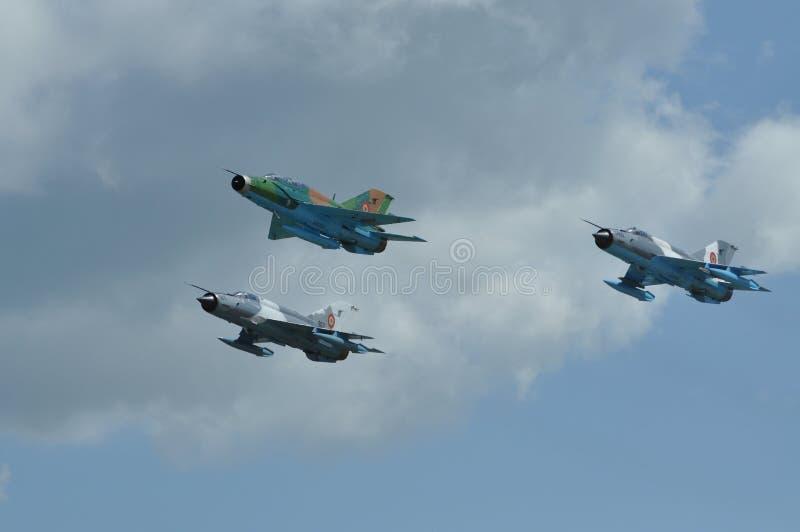 L'avion de combat de MIG 21 LANCER exécute un vol de démonstration sur le Fest roumain d'air image libre de droits