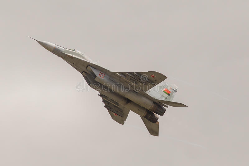 L'avion de combat militaire exécute une manoeuvre photographie stock libre de droits