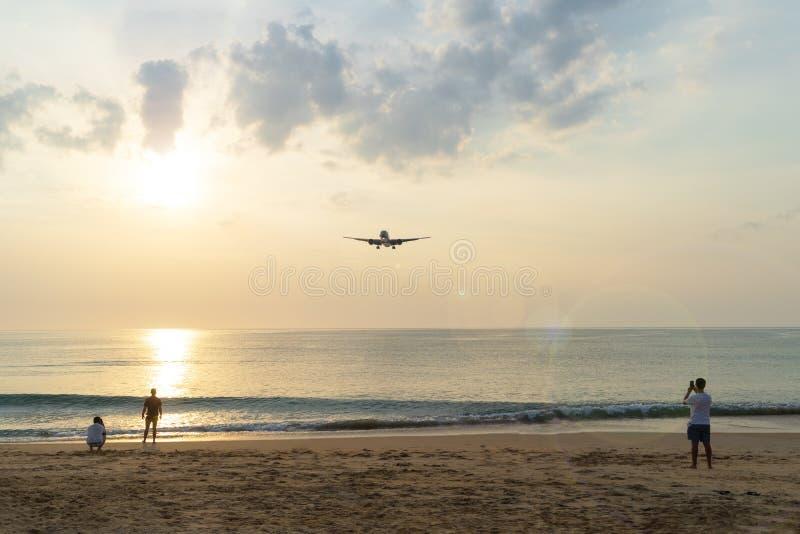 L'avion de ligne vole le soir photographie stock libre de droits