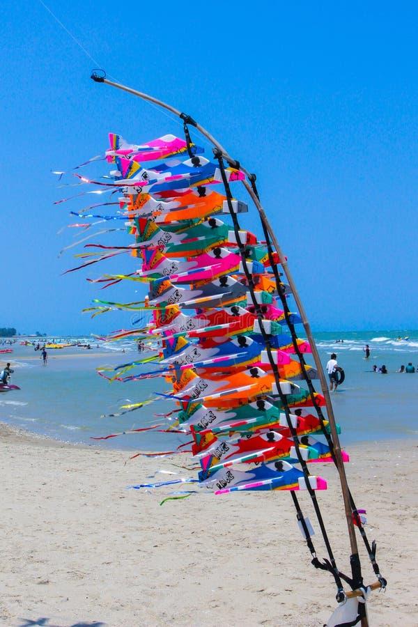 L'avion de mousse se vend sur la plage image stock