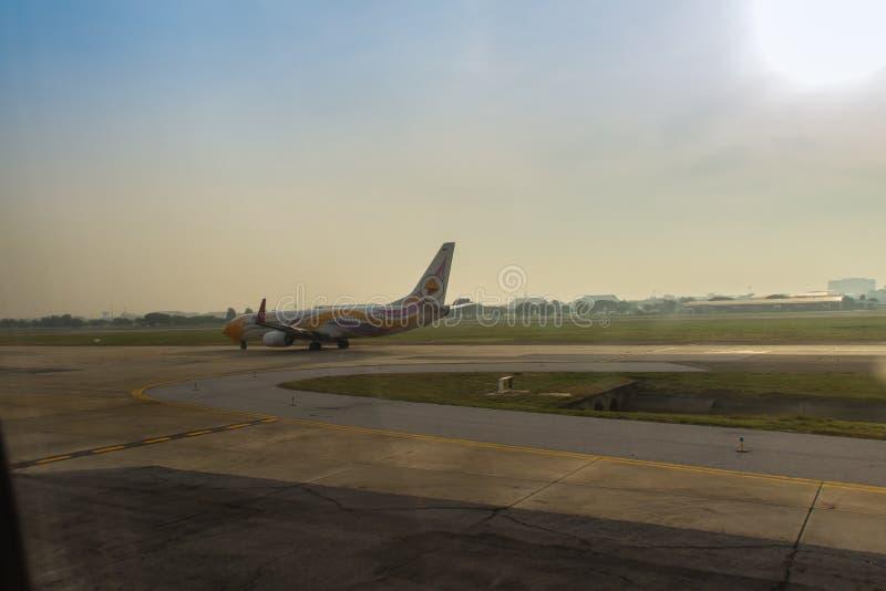 L'avion de NOK roule au sol sur la piste avant le décollage chez Don Muang Airport, le vieil aéroport international qui maintenan image stock