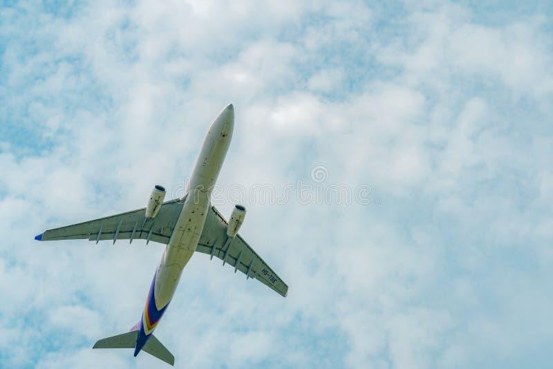 L'avion de passagers de Thai Airways décolle à l'aéroport de Suvarnabhumi en Thaïlande avec le beau ciel bleu et les nuages blanc images libres de droits