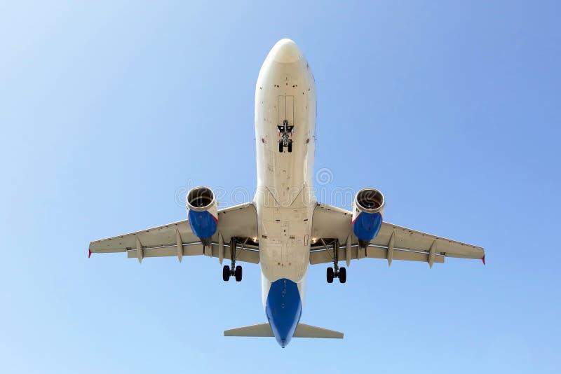 L'avion de passagers vole dedans pour un atterrissage Ligne a?rienne commerciale photographie stock libre de droits