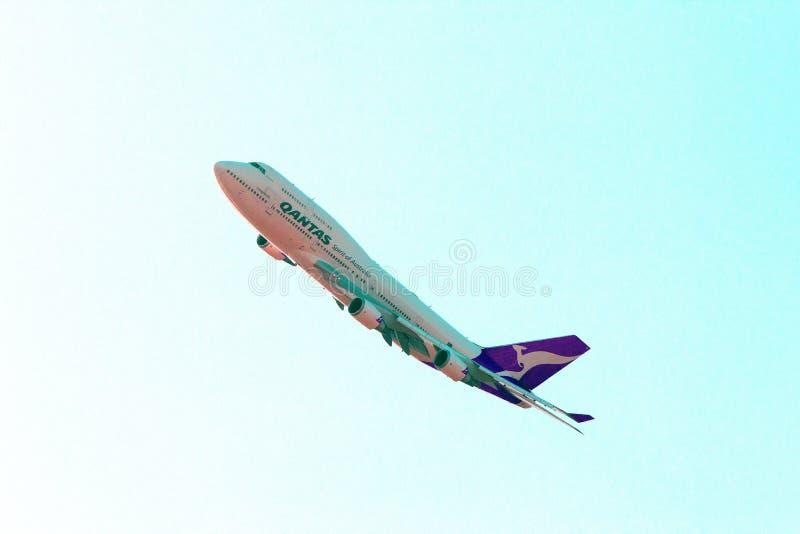L'avion de Qantas vole au-dessus de Grandprix images libres de droits