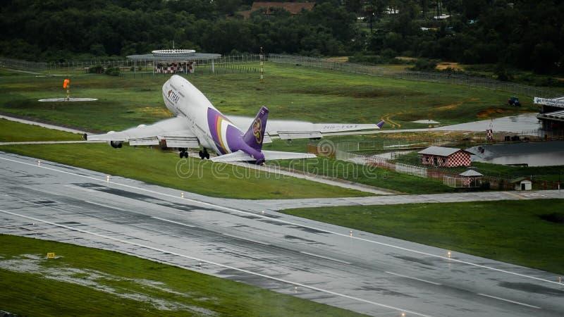 L'avion de Thai Airways, Boeing 747-400, décollent à l'air de phuket photos libres de droits