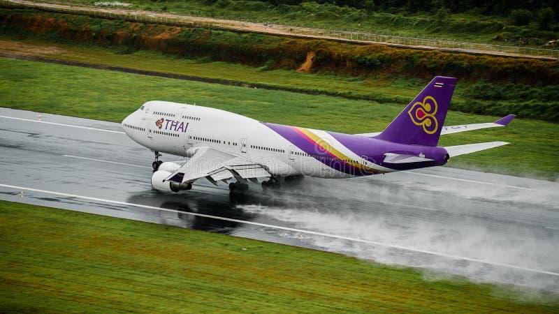 L'avion de Thai Airways, Boeing 747-400, décollent à l'air de phuket photos stock