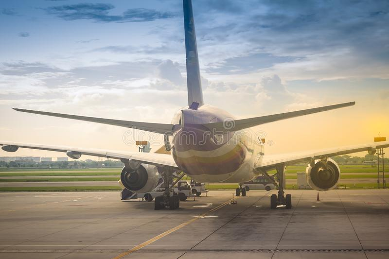 L'avion de Thai Airways se gare sur la piste avant le décollage à l'aéroport international de Suvarnabhumi image libre de droits