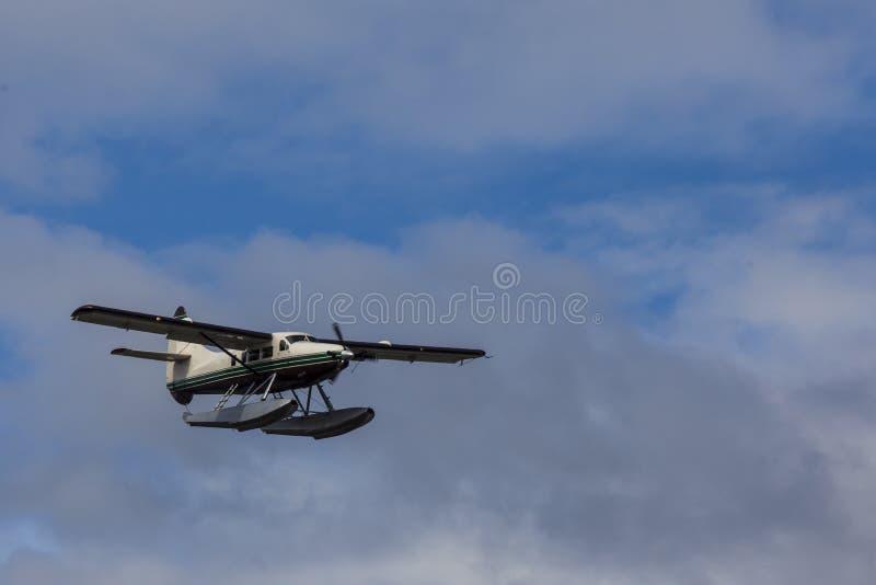 L'avion de touristes de flotteur prépare pour débarquer sur les étroits de Tongass images libres de droits