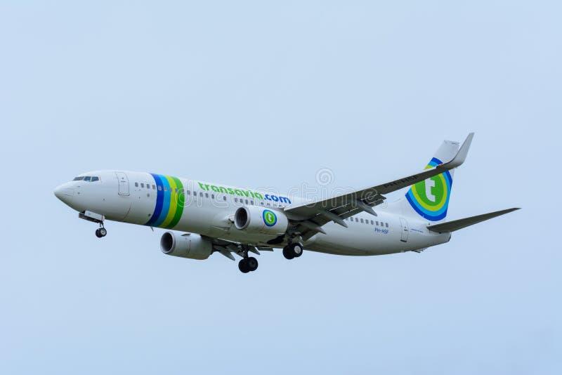 L'avion de Transavia PH-HSF Boeing 737-800 débarque à l'aéroport de Schiphol photographie stock libre de droits