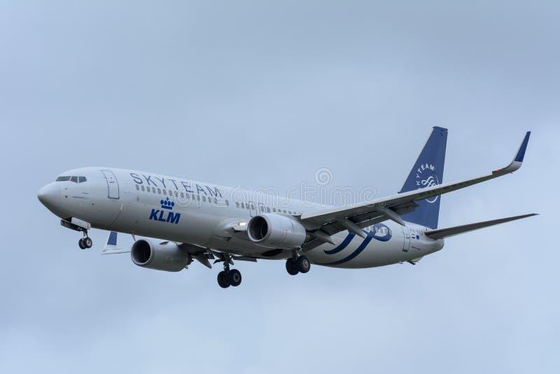 L'avion des lignes aériennes PH-BXO Boeing 737-900 de KLM Royal Dutch débarque à l'aéroport de Schiphol photos libres de droits
