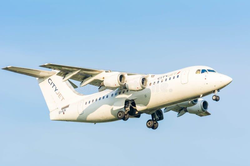 L'avion du Ville-jet d'Avro RJ85 d'espace britannique d'EI-RJN est pour le débarquement images libres de droits