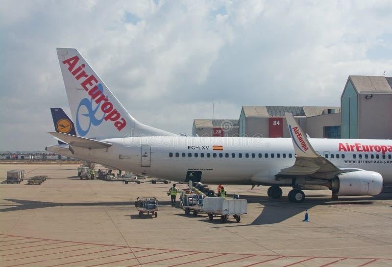 L'avion du vol d'Air Europa vers Madrid s'est garé par la porte images libres de droits