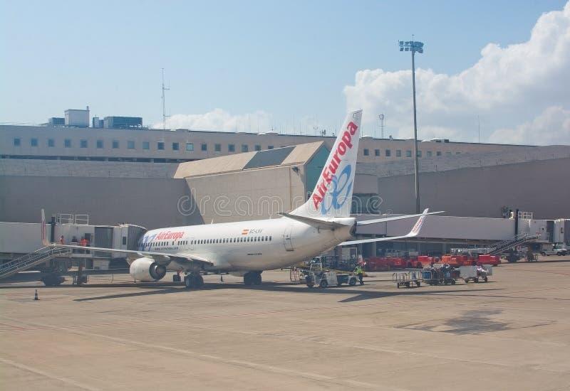 L'avion du vol d'Air Europa vers Madrid s'est garé par la porte photos libres de droits
