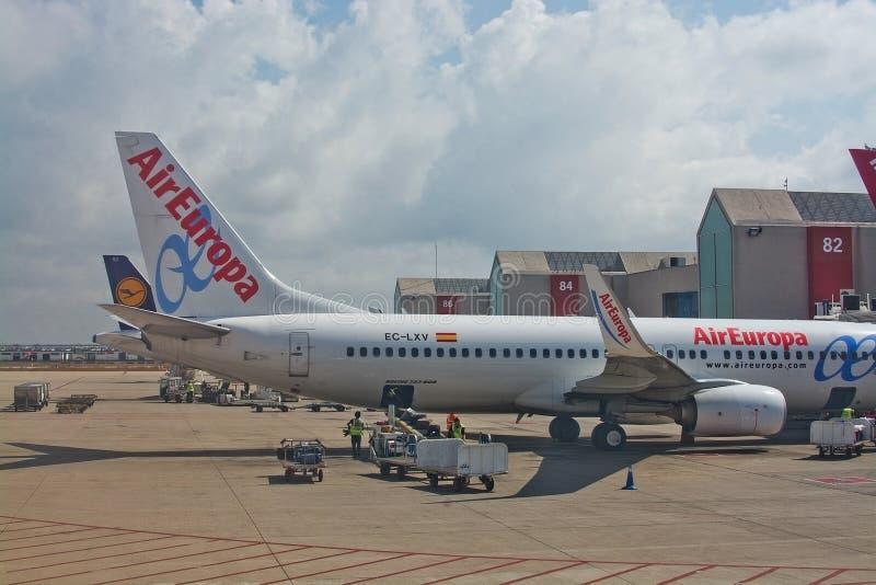 L'avion du vol d'Air Europa vers Madrid s'est garé par la porte photographie stock libre de droits