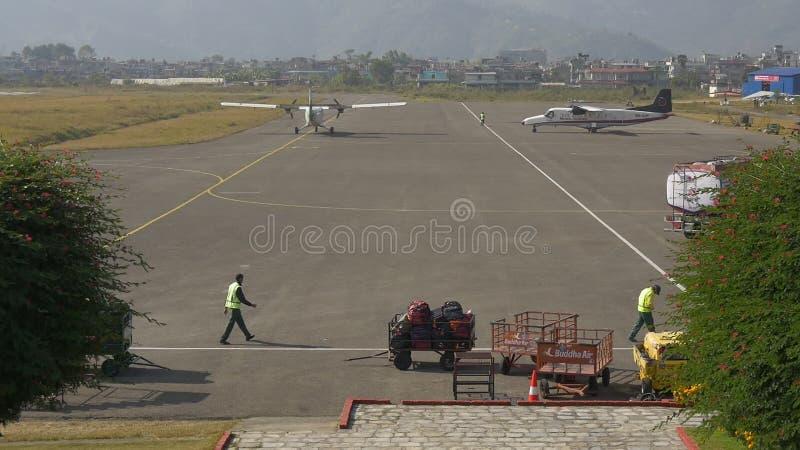 L'avion est arrivé dans l'aéroport domestique banque de vidéos