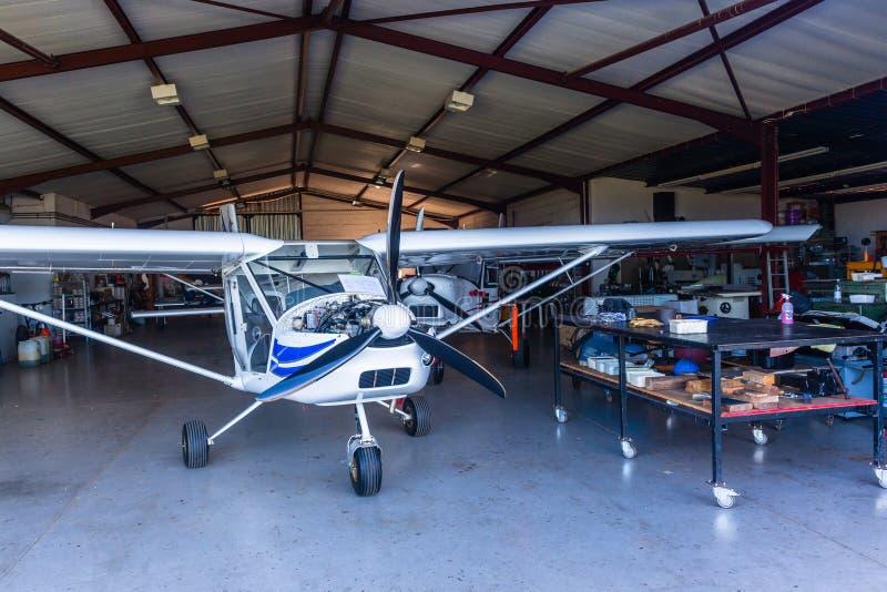L'avion léger surface l'atelier de hangar images stock