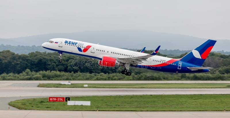 L'avion moderne Boeing 757 de passager d'Azura Air décolle dans le jour nuageux Aviation et transport images stock