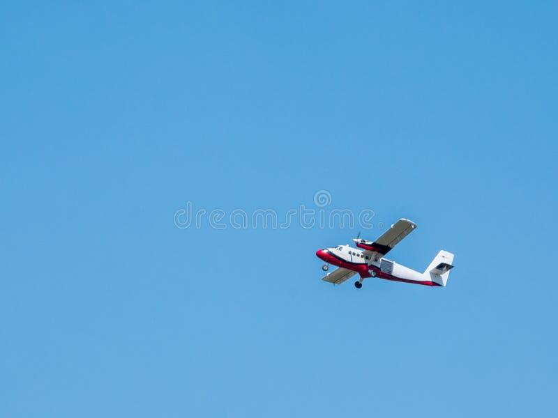 L'avion privé léger décolle de la piste d'un petit aérodrome un jour ensoleillé d'été images libres de droits